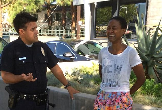 Συνέλαβαν μαύρη ηθοποιό για ένα φιλί στον λευκό φίλο της!