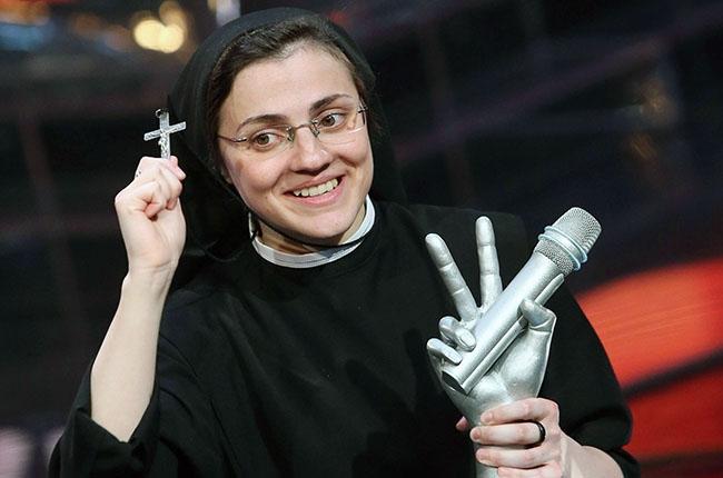 Eμείς τους «Παπαροκάδες», οι Ιταλοί την καλόγρια του «The Voice»