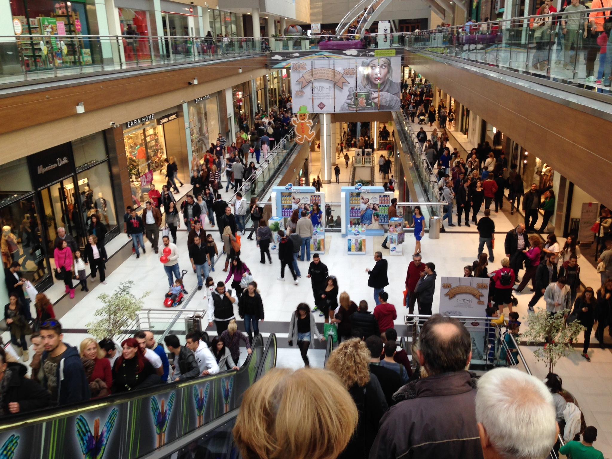 «Λαϊκό προσκύνημα» στα μεγάλα εμπορικά κέντρα την Κυριακή
