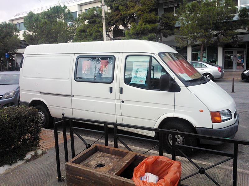 Ένα φορτηγάκι λέει μια ιστορία στην πλατεία της Βούλας