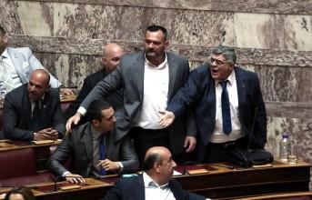 Επεισόδια προκάλεσαν στη Βουλή οι χρυσαυγίτες