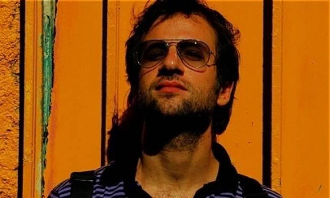 Μαραβέγιας: «Καθαρίστε τα παγκάκια της Αθήνας από χημικά και μόλοτοφ, θέλω να φιλήσω το κορίτσι μου»