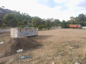 11 Νοεμβρίου 2014: Ένα παρατημένο κοντέινερ γεμάτο μπάζα δεσπόζει σε αυτό που έπρεπε να είναι δάσος