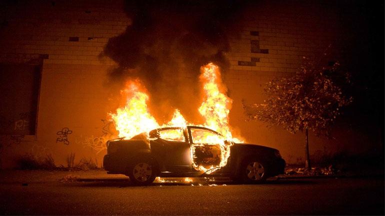 Στις φλόγες τυλίχθηκαν δύο σταθμευμένα ΙΧ στη Βούλα