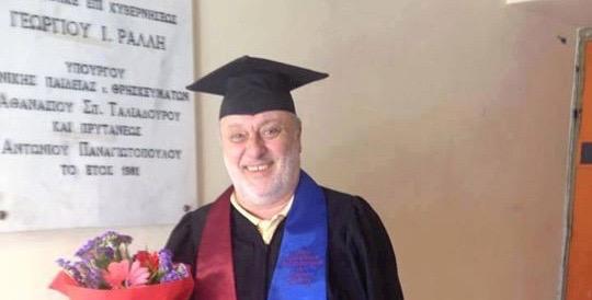 Ο βουλευτής που πήρε το πτυχίο του μετά από 43 χρόνια σπουδών!