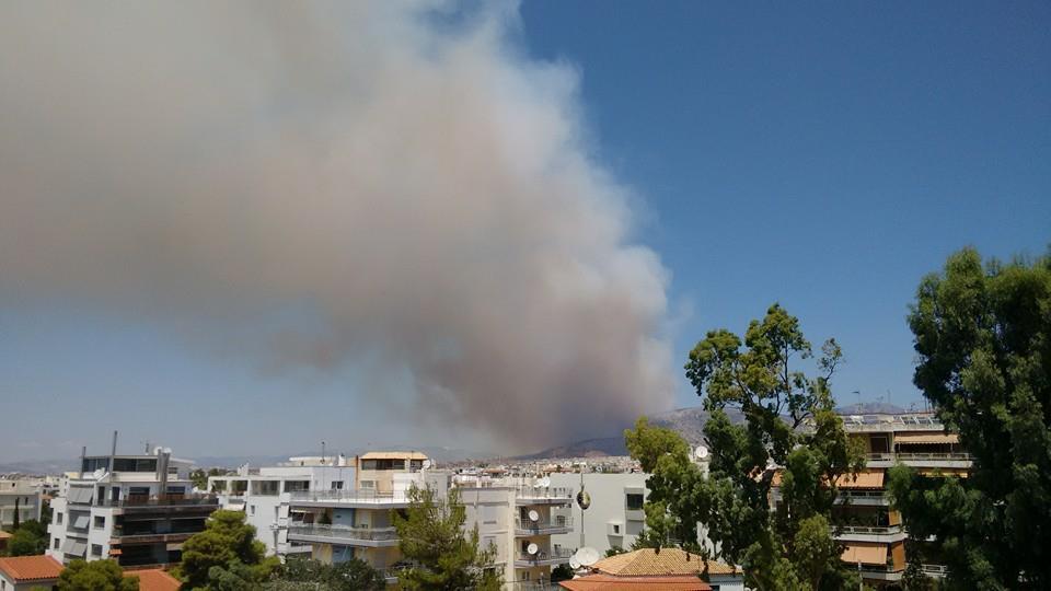 Ή φωτιά στον Υμηττό, όπως φαίνεται από τη Βούλα. Ας ελπίσουμε ότι θα πάνε όλα καλά!