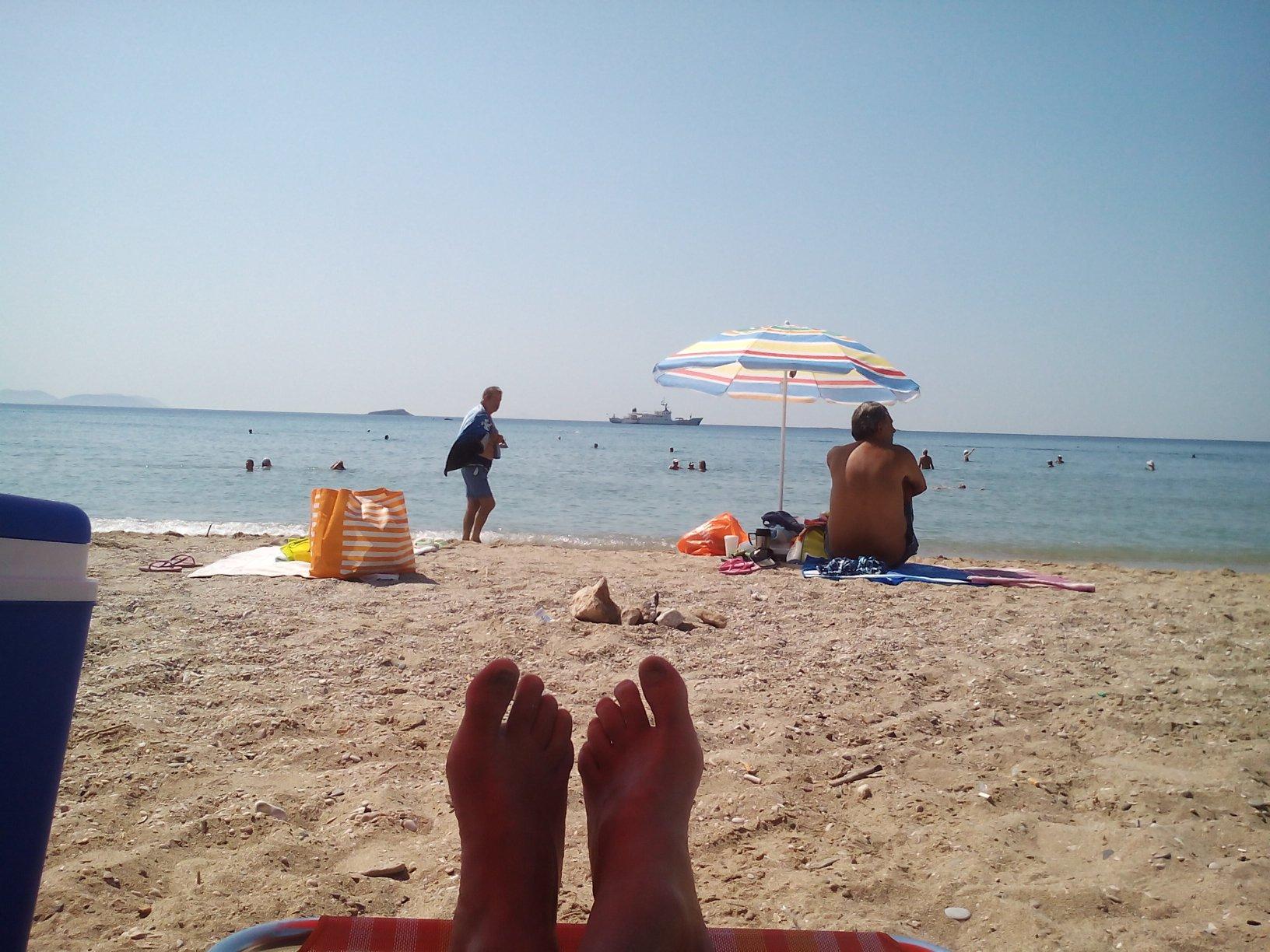 Συνελλήφθη 60χρονη που έκλεβε τσάντες στην παραλία της Βάρκιζας!