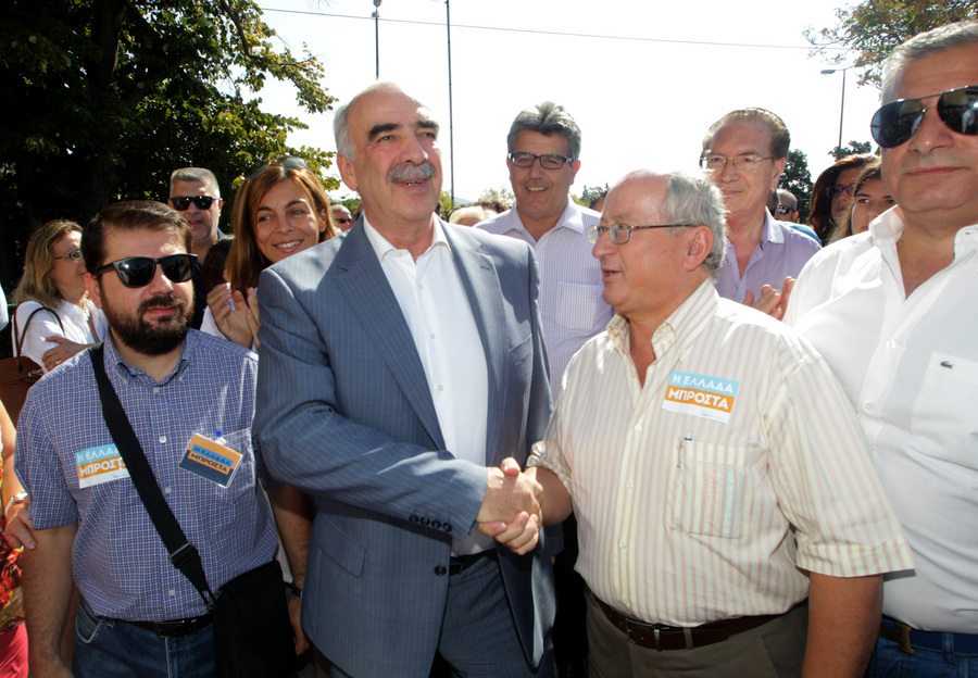 Ο Πρόεδρος της Νέας Δημοκρατίας Ευάγγελος Μεϊμαράκης χαιρετάει πολίτες προσερχόμενος για να ασκήσει το εκλογικό του δικαίωμα για τις Βουλευτικές Εκλογές 2015, σε εκλογικό τμήμα στο 1ο Γυμνάσιο Αμαρουσίου, Κυριακή 20 Σεπτεμβρίου 2015. Ομαλά και χωρίς ιδιαίτερα προβλήματα διεξάγεται από τις 7 το πρωί η εκλογική διαδικασία. Οι κάλπες κλείνουν στις 7 το απόγευμα, ενώ πρώτη ασφαλή εκτίμηση του αποτελέσματος θα έχουμε λίγο μετά τις 9 καθώς τότε υπολογίζεται ότι θα έχει καταμετρηθεί το 10% των ψήφων της επικράτειας. ΑΠΕ-ΜΠΕ/ΑΠΕ-ΜΠΕ/Παντελής Σαΐτας