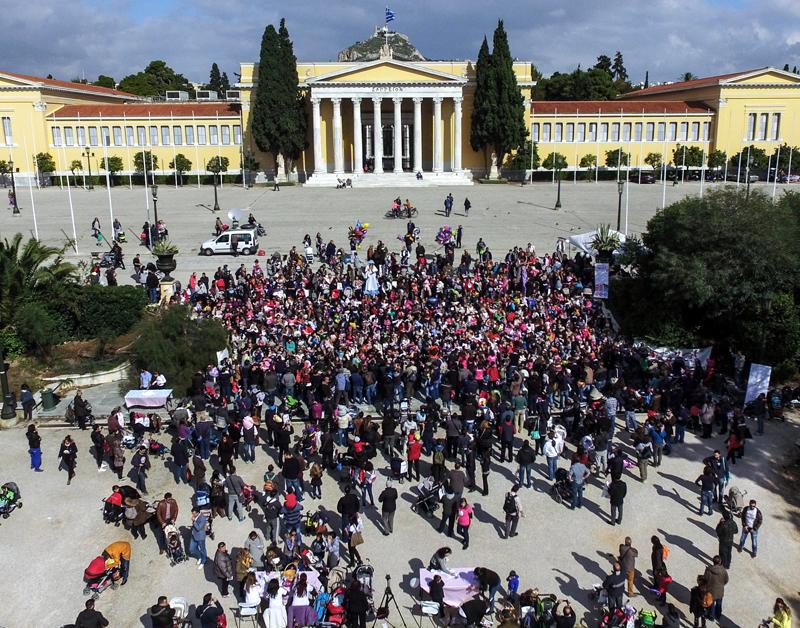 1.000 μαμάδες έστειλαν στο Ζάππειο μήνυμα υπέρ του θηλασμού