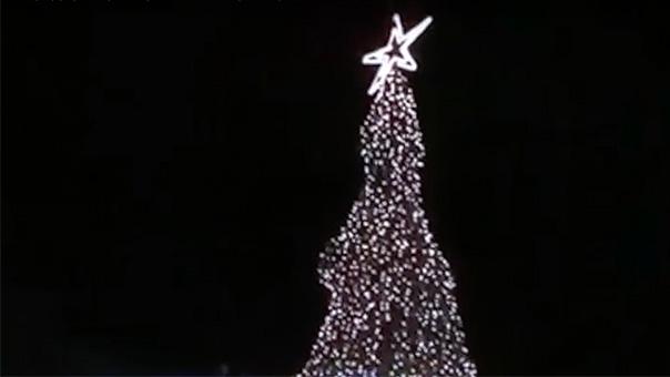 Ο Γρηγόρης Κωνσταντέλλος ανάβει το δέντρο στη Βούλα (video)