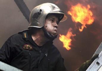 Μάχη με τις φλόγες δίνουν 81 πυροσβέστες στον Ασπρόπυργο