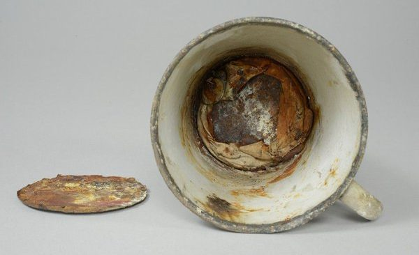 Πολύτιμα κοσμήματα βρέθηκαν μέσα σε ένα φλιτζάνι!