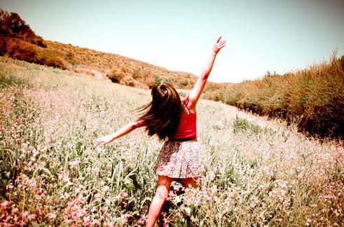 Απίθανο στυλ με φούστα, μπλούζα και φουλάρι: 2 + 1 προτάσεις για το καλοκαίρι