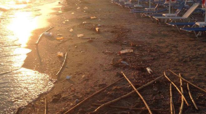 Σκουπιδαριό χτες στο South Coast Βούλας (photos)
