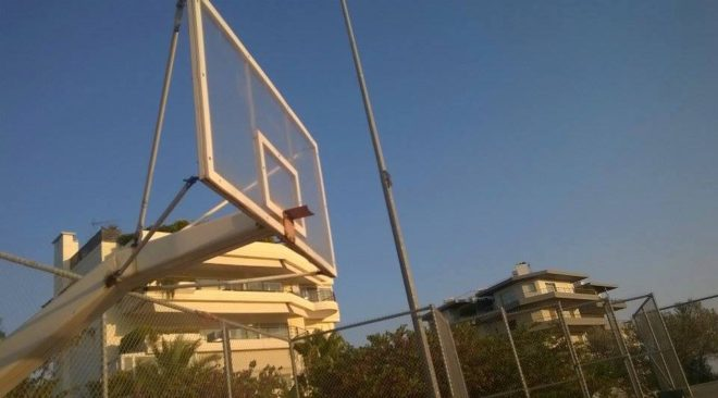 Εγκαταλελειμμένο γήπεδο μπάσκετ στη Βούλα