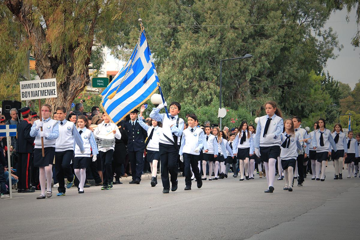 Εικόνες από την παρέλαση των μαθητών των 3Β στη Βούλα – 3Β Βάρη ... fbfbffedf49