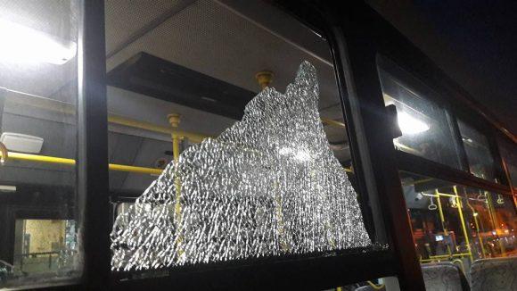 Επίθεση με πέτρες στον οδηγό του 171 στη Βάρκιζα