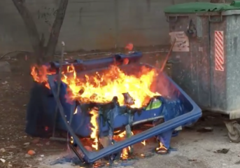 Κάηκε κάδος ανακύκλωσης στη Βούλα από αναμμένη στάχτη (video)
