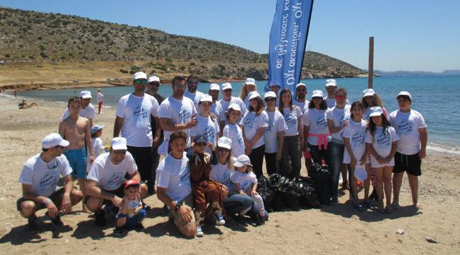 Καθάρισαν εθελοντικά την ελεύθερη παραλία της Βάρκιζας