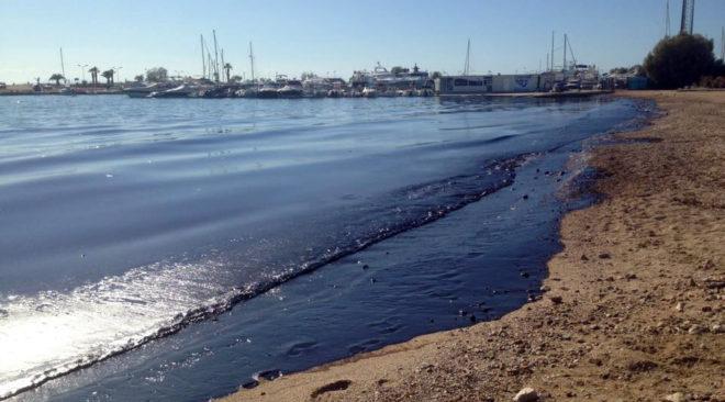 Πετρελαιοκηλίδα: Καλή η κατάσταση στις ακτές, δυσκολίες στη Γλυφάδα
