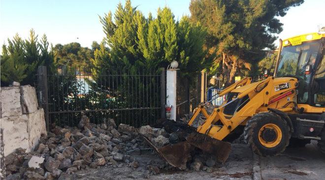 Κατεδαφίστηκε παράνομος μαντρότοιχος στο Λαιμό Βουλιαγμένης