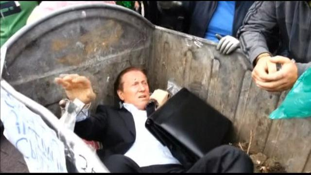 Πέτα τον βουλευτή στον κάδο των σκουπιδιών!