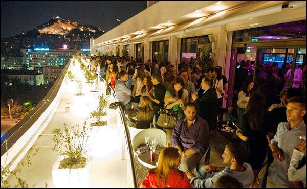 Ενθουσιασμένη δηλώνει παρέα από την Γλυφάδα, ύστερα από νυχτερινή βόλτα στο κέντρο της Αθήνας