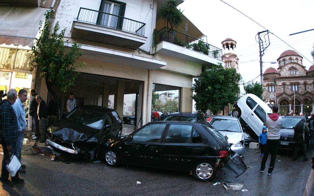 Ζημιές σε 580 ακίνητα και 168 οχήματα από τη νεροποντή