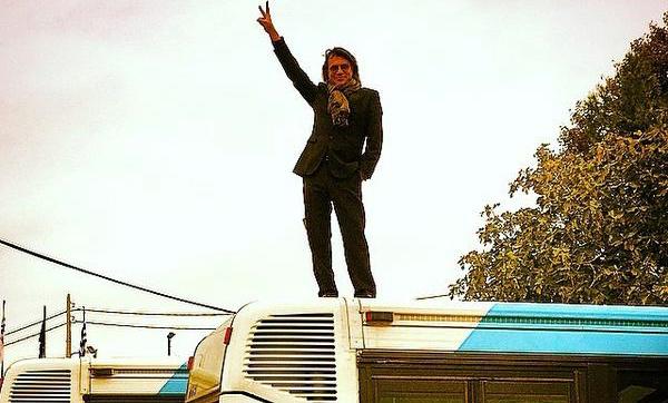 Ο Ψινάκης στην οροφή αστικού λεωφορείου