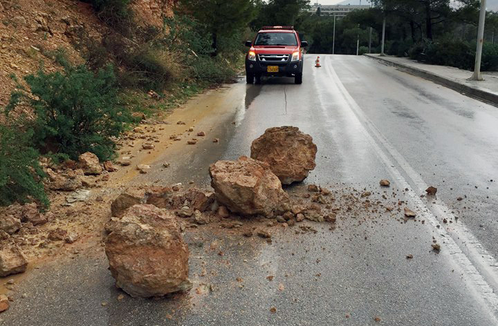 Κατολίσθηση στο δρόμο του Λαιμού στη Βουλιαγμένη