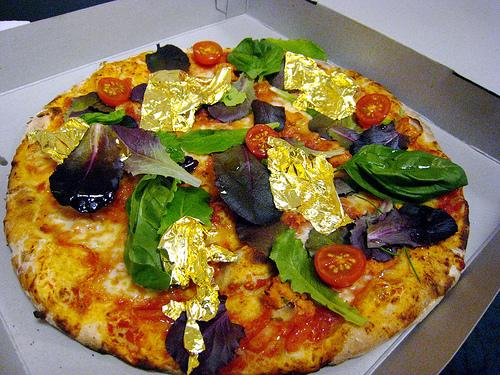 Πίτσες με αληθινό χρυσό σε αθηναϊκό πάρτι