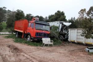 """Τα δύο από τα τρία παροπλισμένα οχήματα που σαπίζουν στον προστατευόμενο από ΦΕΚ """"χώρο αποκατάστασης φυσικού τοπίου"""""""