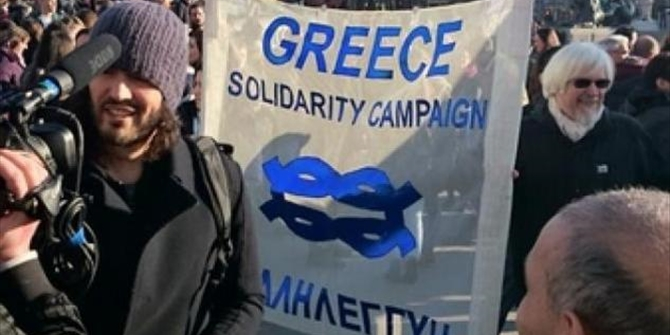 O διάσημος ηθοποιός Ράσελ Μπραντ διαδηλώνει υπερ της Ελλάδας!