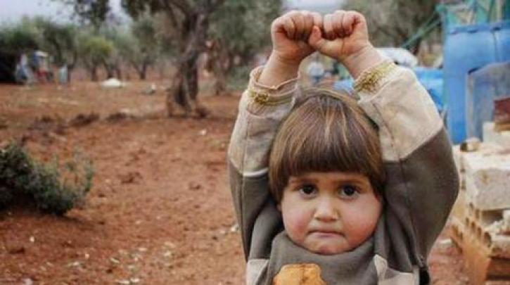 Ένα ορφανό παιδάκι «παραδίδεται»