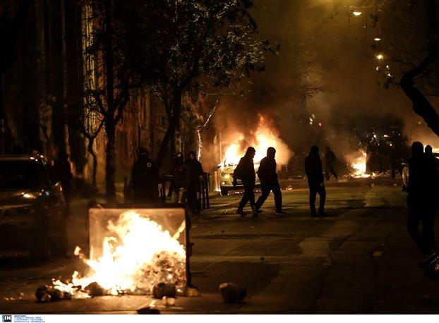 Βόμβες και φωτιές έξω από το Πολυτεχνείο το βράδυ της Μ. Τρίτης