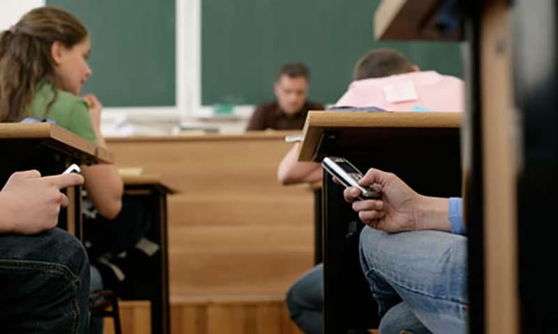 Κόκκινη κάρτα από ΣτΕ σε μαθητή της Βούλας που έφερε το κινητό σε εξετάσεις