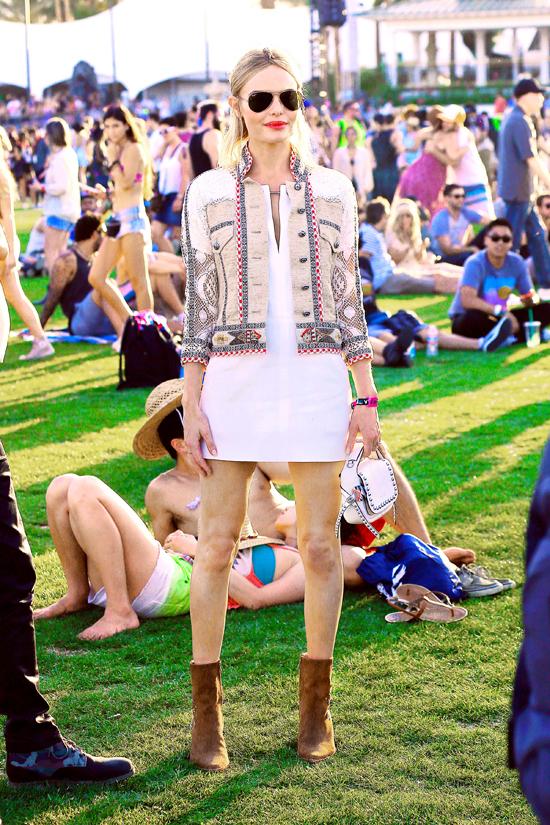 «Αναβάθμισε» στη στιγμή το πιο απλό festival look με ένα statement, cropped jacket. Η Κate Bosworth ξέρει. Και δεν ξέρει μόνο για ρούχα αλλά και για μαλλιά, αφού έκανε την πιο πρωτότυπη πλεξούδα που έχουμε δει τελευταία.