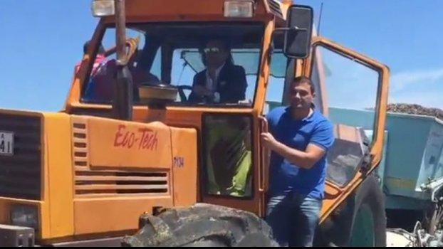 Με τρακτέρ καθαρίζει ο Ψινάκης την παραλία του Μαραθώνα