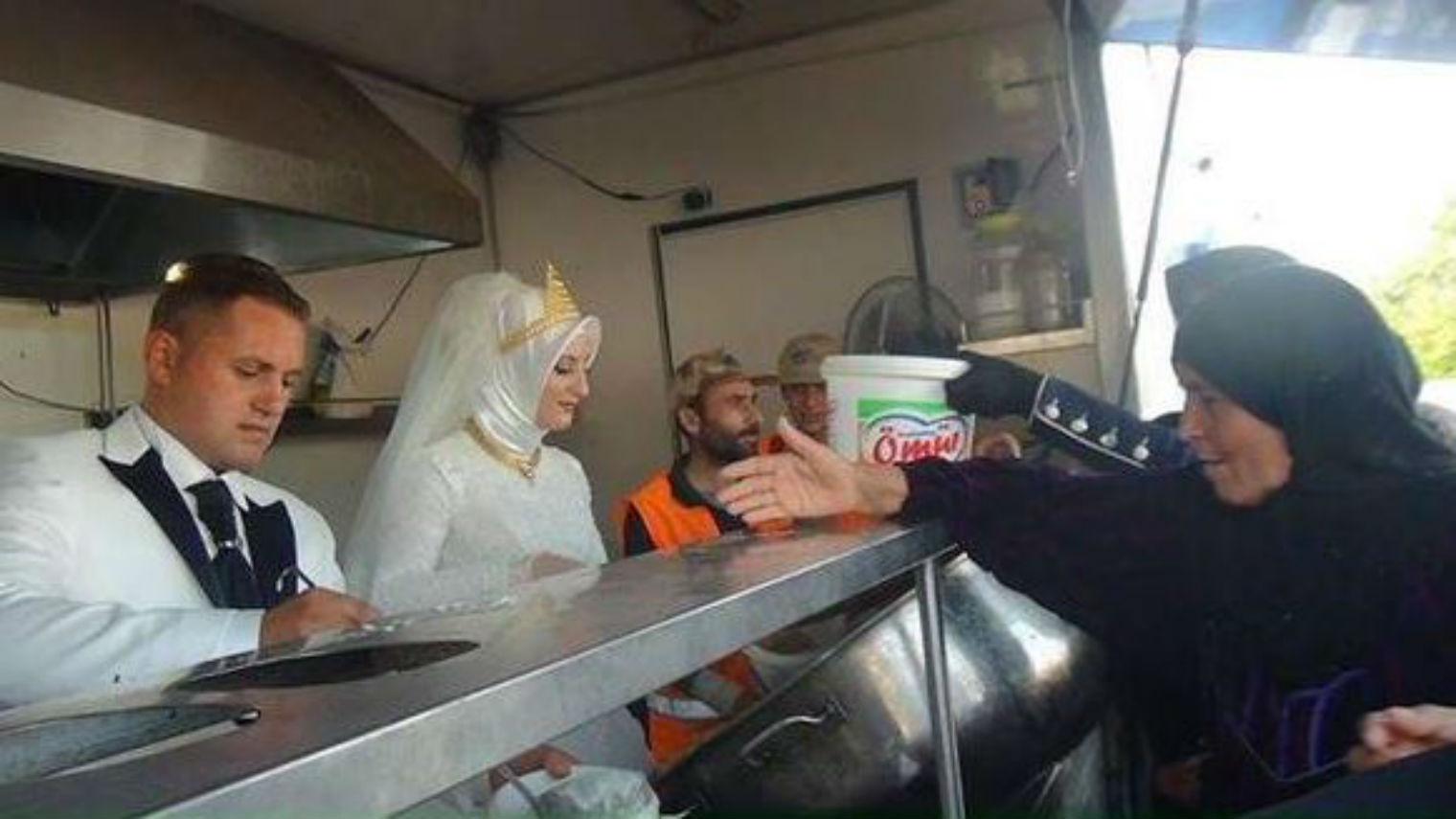 Γαμήλιο γεύμα σε στρατόπεδο προσφύγων