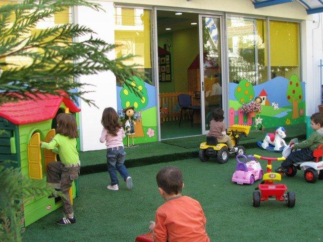 Ένα στα τέσσερα παιδάκια ΕΚΤΟΣ παιδικού σταθμού