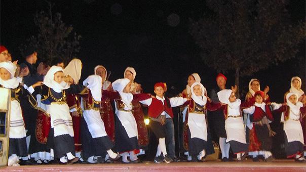 Παραδοσιακοί χοροί των Χριστουγέννων στη Βάρη