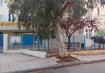 Όταν το δέντρο ...έφαγε το πεζοδρόμιο δίπλα στο σχολείο της Βούλας