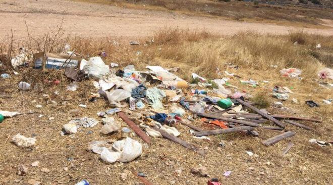 Άνθρωποι και σκουπίδια στην ελεύθερη παραλία της Βάρκιζας