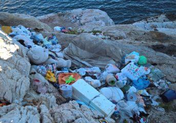 Σκουπιδότοπος στα Λιμανάκια της Βουλιαγμένης (photos)