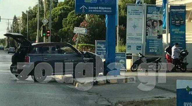 Με ...βενζινάδικο στη Βούλα συγκρούστηκε ΙΧ την Κυριακή