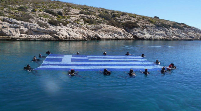 """Γιγάντια ελληνική σημαία """"κυμάτισε"""" στο βυθό της Βουλιαγμένης"""
