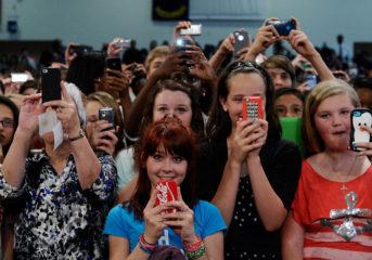 Επικίνδυνα τα κινητά για παιδιά έως 12 χρονών