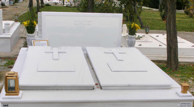 Άγνωστοι σύλησαν τάφους στη Βουλιαγμένη