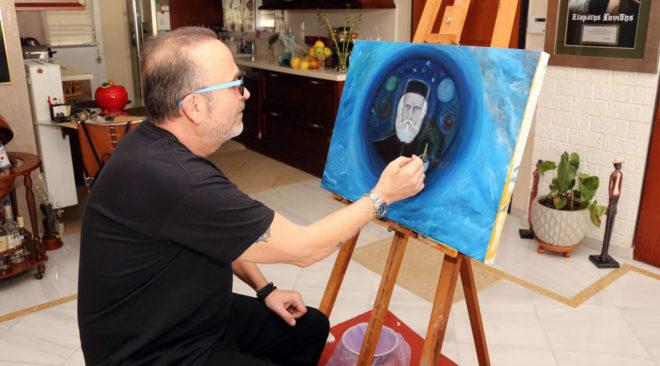 Ο Σταμάτης Γονίδης πουλά τους πίνακες ζωγραφικής του στη Βούλα για καλό σκοπό