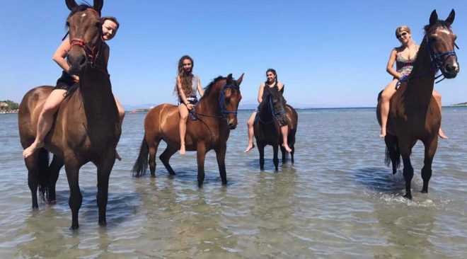 Αυγουστιάτικη εκδρομή στη θάλασσα, παρέα με άλογα